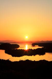 伊勢志摩 ともやま公園より望む快晴の英虞湾に夕日の写真素材 [FYI04060875]