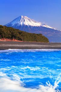 三保の松原・寄せる波と快晴の富士山の写真素材 [FYI04060904]