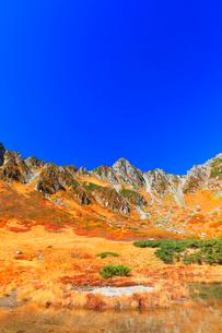 秋の中央アルプス千畳敷カール 剣ヶ池に紅葉と快晴の空の写真素材 [FYI04060909]