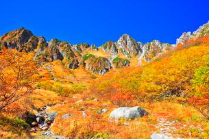 秋の中央アルプス千畳敷カール 沢に紅葉と青空の写真素材 [FYI04060914]