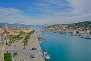 クロアチア トロギールの街並みとアドリア海の写真素材 [FYI04061045]