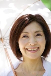 日傘をさす中年女性の写真素材 [FYI04061054]