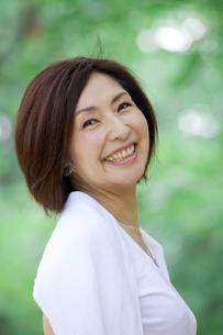 微笑む中年女性の写真素材 [FYI04061057]