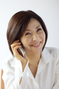 携帯電話をする中年女性の写真素材 [FYI04061061]