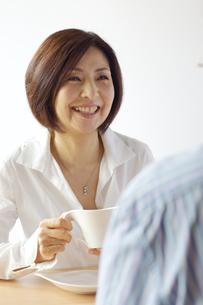 男性と話をする中年女性の写真素材 [FYI04061062]