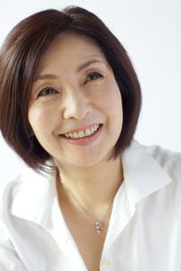 微笑む中年女性の写真素材 [FYI04061063]