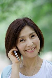 携帯電話をする中年女性の写真素材 [FYI04061065]