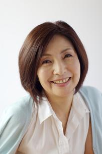 微笑む中年女性の写真素材 [FYI04061066]