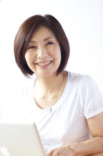 パソコンをする中年女性の写真素材 [FYI04061067]