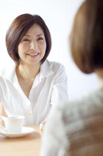 女性と話をする中年女性の写真素材 [FYI04061068]