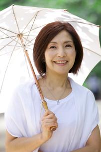 日傘をさす中年女性の写真素材 [FYI04061069]