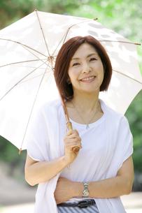 日傘をさす中年女性の写真素材 [FYI04061070]