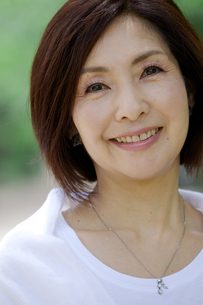 微笑む中年女性の写真素材 [FYI04061071]