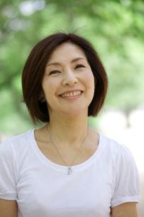 微笑む中年女性の写真素材 [FYI04061072]
