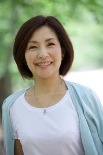 微笑む中年女性の写真素材 [FYI04061073]