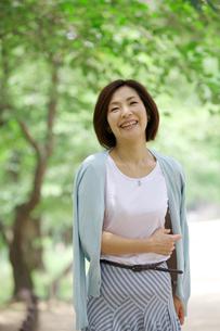 微笑む中年女性の写真素材 [FYI04061075]