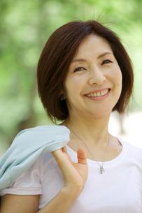 微笑む中年女性の写真素材 [FYI04061076]