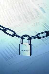 錠前と鎖とビジネスデータの写真素材 [FYI04061089]