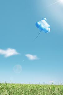 空に浮かぶ風船の写真素材 [FYI04061137]