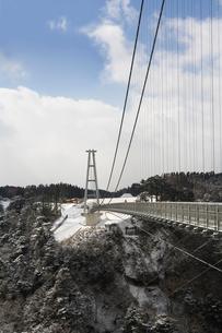 九重夢大吊橋の雪景色の写真素材 [FYI04061216]