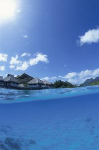 水上コテージと島の写真素材 [FYI04061261]