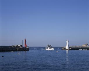 港へ帰る漁船の写真素材 [FYI04061363]