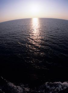 船から見た夕景の海面の写真素材 [FYI04061774]