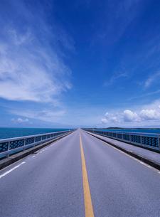 池間島側から見た池間大橋の写真素材 [FYI04061804]