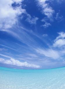 サンゴ礁の海とすじ雲 ボラボラ島の写真素材 [FYI04061816]