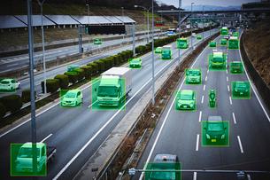 大きな道路を走るたくさんの車と緑の四角の写真素材 [FYI04062110]