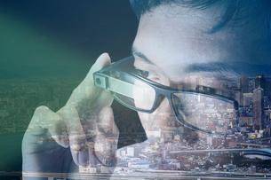 街の景色とスマートグラスをかける男性の写真素材 [FYI04062203]