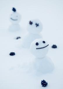 並んでいる雪だるまの写真素材 [FYI04063826]