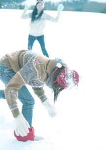 雪合戦をしている2人の若者の写真素材 [FYI04063833]