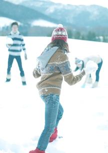 雪合戦をしている3人の若者の写真素材 [FYI04063834]