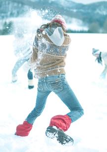 雪合戦をしている3人の若者の写真素材 [FYI04063836]