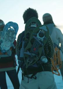 雪原をゆく3人の若者の写真素材 [FYI04063842]