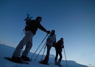 雪原をゆく3人の若者の写真素材 [FYI04063844]