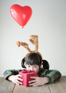 プレゼントを持つ女の子の写真素材 [FYI04063855]
