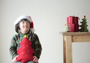 サンタの帽子を被った女の子の写真素材 [FYI04063859]