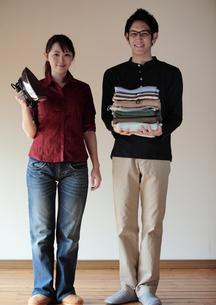 新生活を始めるカップルの写真素材 [FYI04063884]