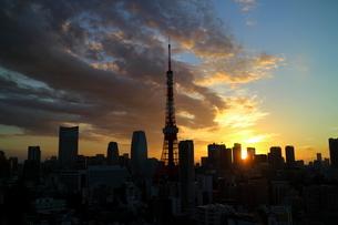 麻布十番から見た東京タワーの朝焼けの写真素材 [FYI04063941]