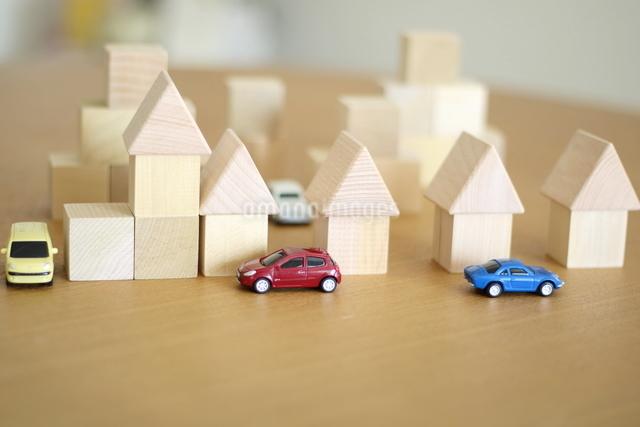 積み木の家とモデルカーの写真素材 [FYI04063944]