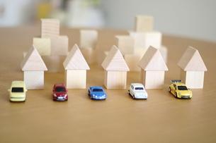 積み木の家とモデルカーの写真素材 [FYI04063945]