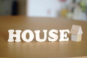 テーブルに置かれた家の積み木とHOUSE文字の写真素材 [FYI04063948]