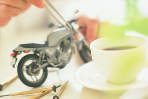 オートバイの模型を作る男性の写真素材 [FYI04064333]