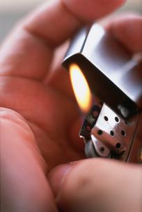 掌の中のライターの火の写真素材 [FYI04064337]