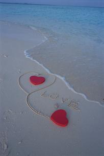 ビーチのハートとLOVEの文字の写真素材 [FYI04064452]