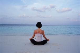 ビーチでヨガをする女性の写真素材 [FYI04064470]