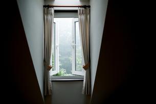 開けた部屋の窓の写真素材 [FYI04064551]
