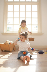 部屋で遊ぶ姉妹の写真素材 [FYI04064868]